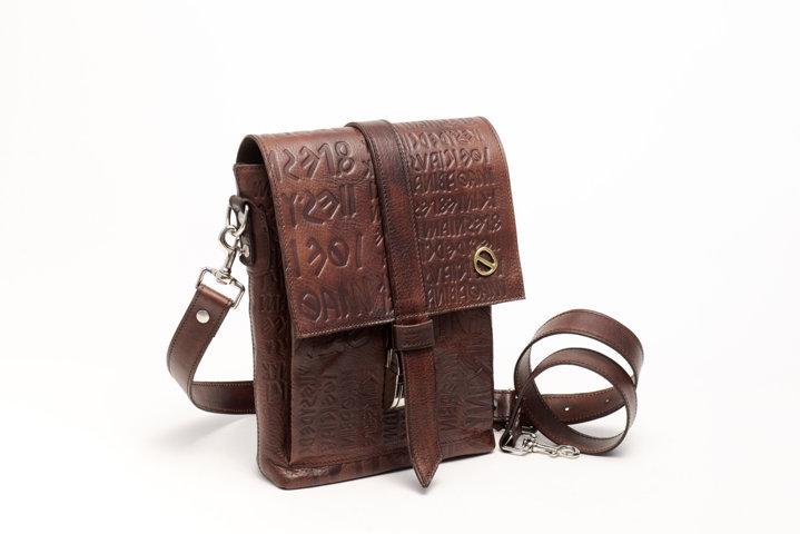 Shoulder bag in dark brown leather